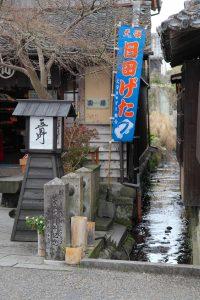 町を流れる水路写真